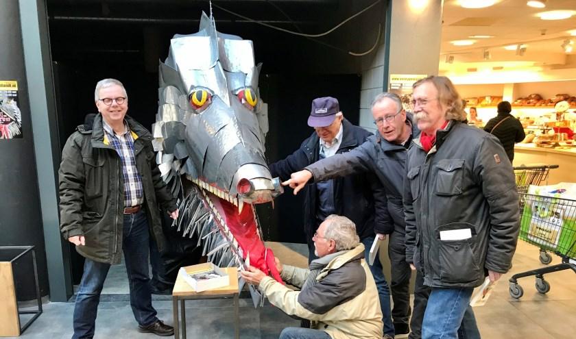 De levensechte draak Smook is nu al te bewonderen bij Plus Ton Henst in winkelcentrum Heivelden.