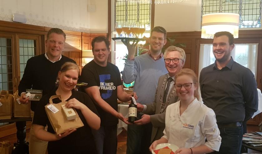 De initiatiefnemers presenteerden hun producten aan burgemeester Geert van Rumund. (foto: Kees Stap)