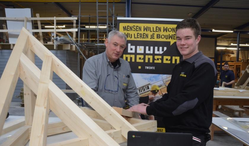Coen Voorpostel, hier met instructeur Frank Hulskotte, hoopt in maart Nederlands kampioen timmeren te worden