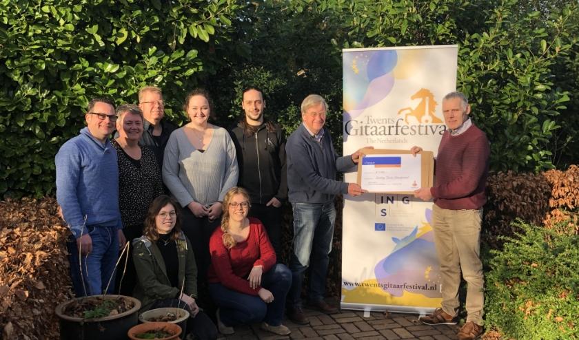 De cheque werd op 17 februari door  Henk Roekevisch namens het Stimuleringsfonds overhandigd aan het bestuur van de Stichting Twents Gitaarfestival. (Foto: PR)