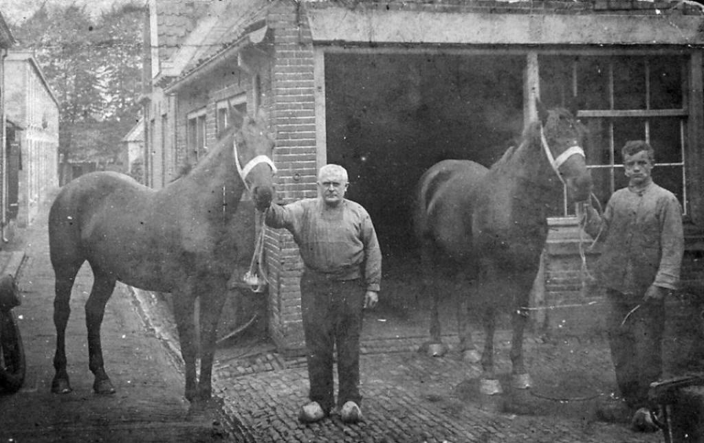 Opa Van Santen en smid Takken 1914 bij de Achterkerkstraat/Smidstraat.  © DPG Media