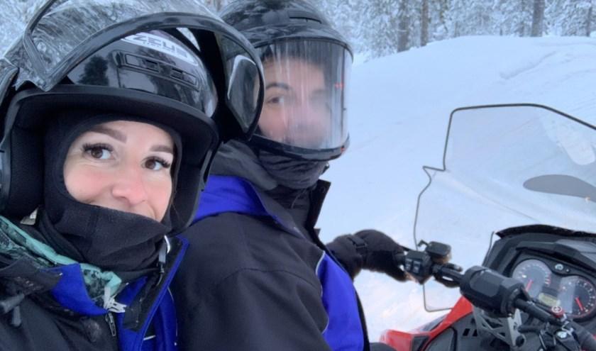 Met de sneeuwscooter door Fins Lapland. Annieke en Mike houden van avontuurlijke reizen. (foto: Privé-archief)