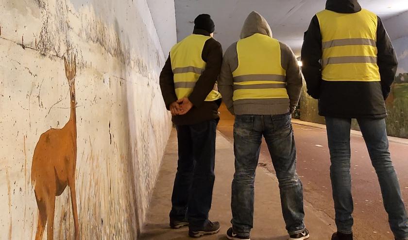 De Buurtwacht houdt de wacht in een tunnel in Zuid. (Foto: Cemal Dogan)