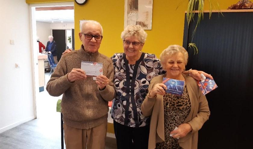 De drie gelukkige winnaars van een stoelmassage.