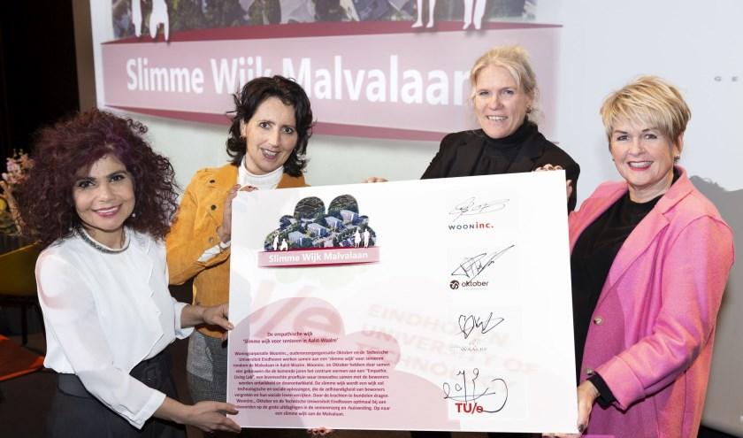V.l.n.r. Prof. dr. ir. Masi Mohammadi (TUe), Paula Nelissen (Oktober), wethouder Lianne Smit en Angela Pijnenburg (Wooninc). Foto: Verse Beeldwaren.