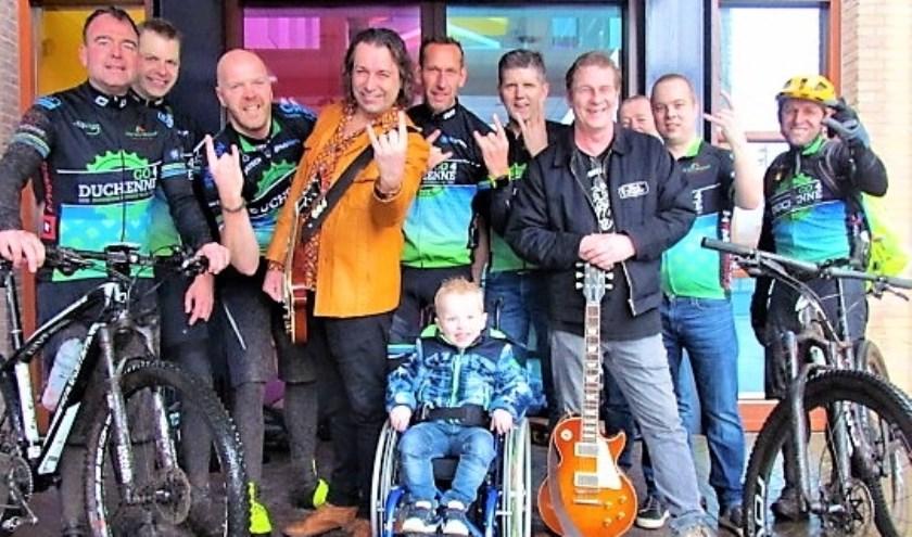 Het mountainbiketeam van Go4Duchenne, poseert samen met de mannen van Rock4Duchenne en Noud Willems (4) bij De Enck.