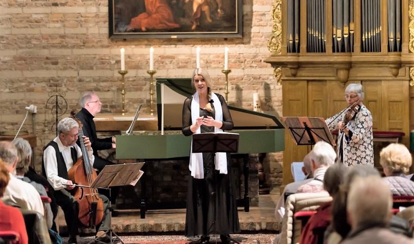 Caroline Spanjaard en ensemble La Gamme bij een eerder concert in Waalre. Foto: Greetje van Son