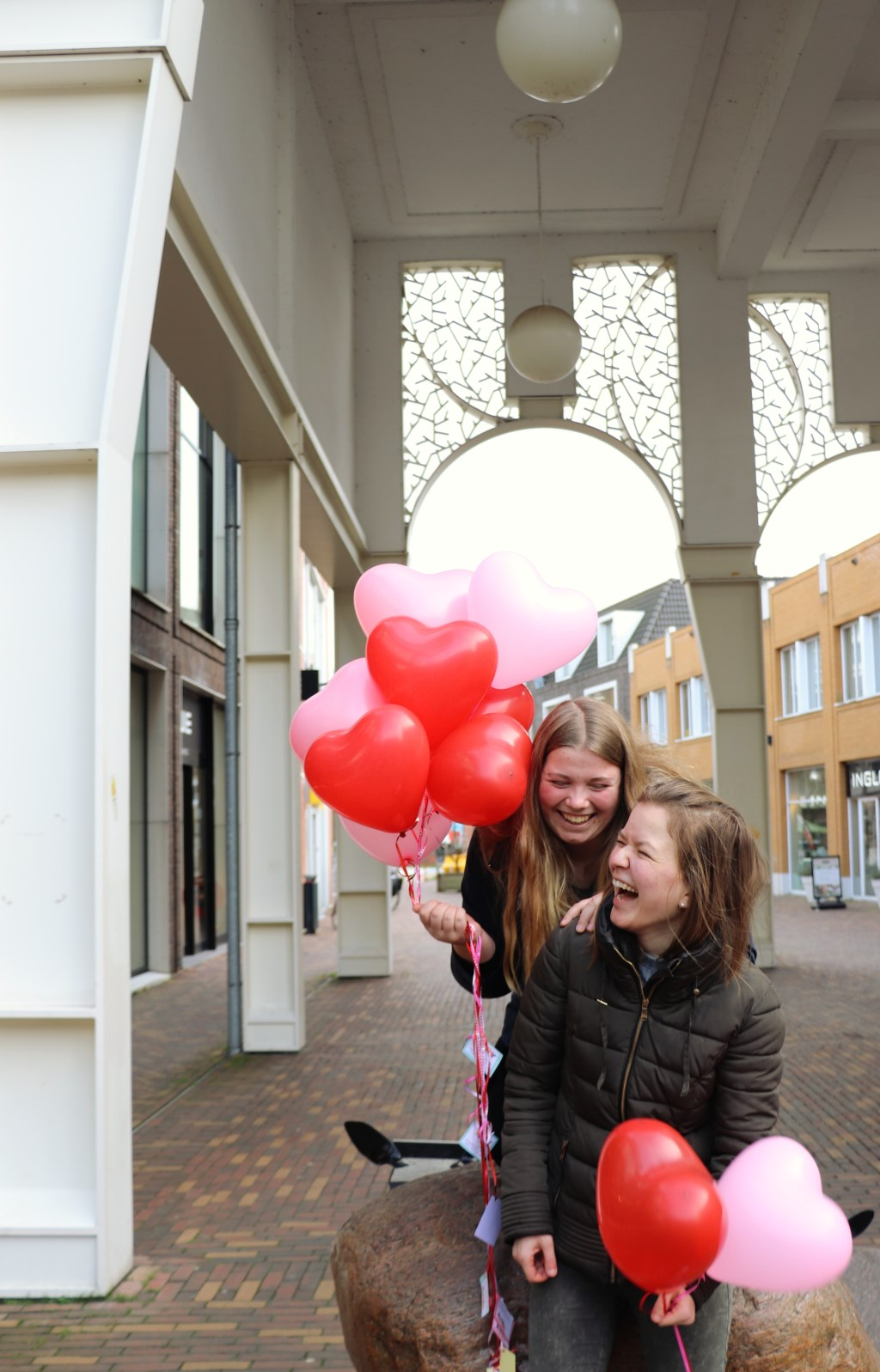 Twee jongerenvrijwilligers die meedoen met de Maatschappelijke DienstTijd bij Netwerk voor Jou.  Foto: Joanne Kleermaker  © DPG Media
