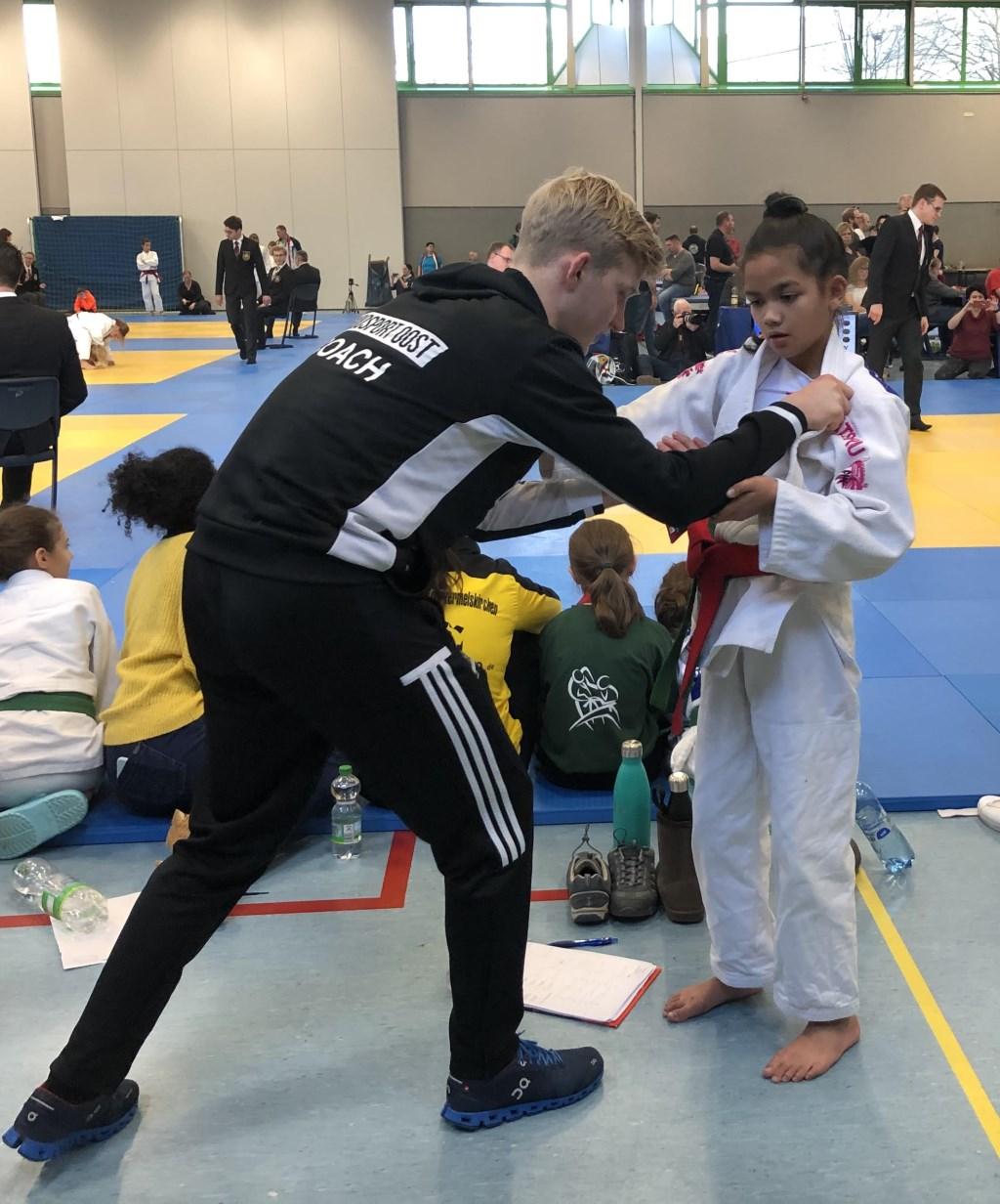 Coach Stijn Jager geeft aanwijzingen aan judoka Tara Pot. Foto: SJO © DPG Media