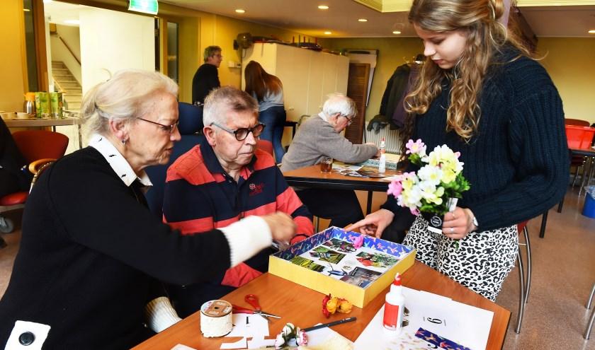 Vlnr: Marijke en Willem Keltjens en leerling Nina van het Metzo College. (foto: Roel Kleinpenning)