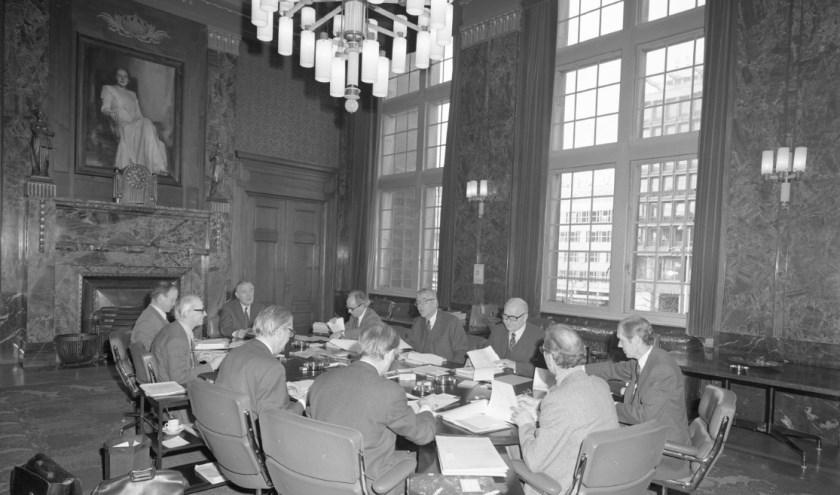 Foto op de kaft van 'Bevlogen bestuurders. Achter de schermen van het Rotterdamse Stadhuis, 1966-2006'. (Foto: Boom Uitgevers)