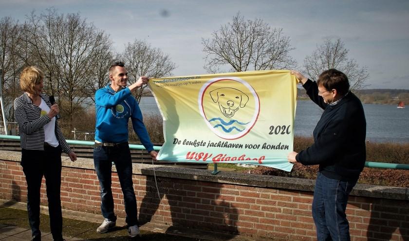 De in ontvangstname van de vlag die hoort bij de award van Leukste jachthaven voor honden. (foto: Chris Heil)