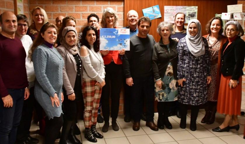 De betrokkenen bij het project 'Gast-Vrij' en 'Vreemde Vogels' met Saskia Klijn van VWON die net de gift van Zeger Visser -schrijver van het boek 'Gast-Vrij'- in ontvangst heeft genomen.