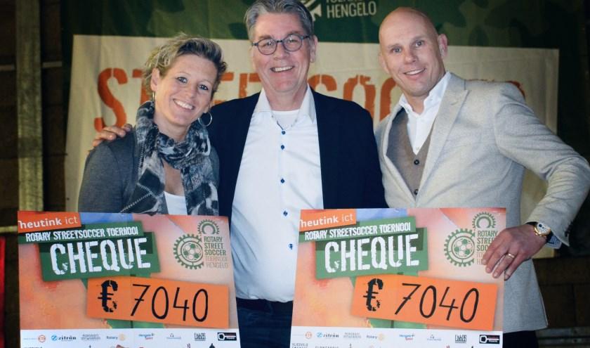 V.l.n.r. de ambassadeur van Special Heroes Lizzy Bakker, de voorzitter van Rotary Club Hengelo-Driene Rob Verver en ambassadeur van Jeugdfonds voor Sport en Cultuur Jan van Halst.