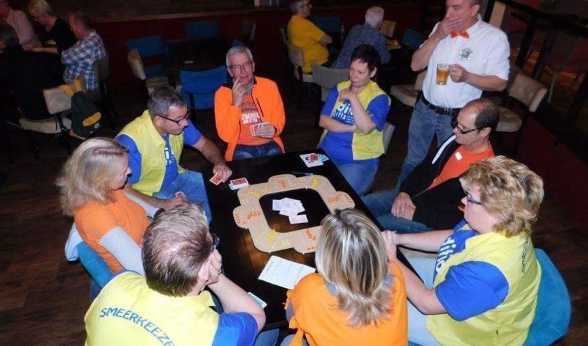 Team De Smeerkezen (in geelblauwe kleuren) tijdens het vier tegen vier-toernooi op Texel.