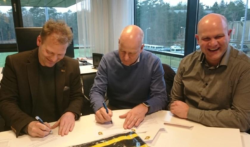 Pascal van Wijk (l.) en René van Maasakkers (m.) ondertekenen de partnerovereenkomst onder toeziend oog van Marc Prins.