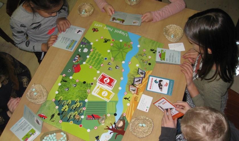 De kinderen speelden in Natuurmuseum De Wielewaal ook het speciaal voor dit project ontwikkelde vogelspel. (Foto: gemeente Lopik)