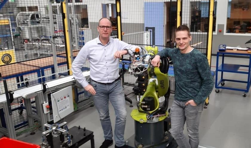 links Marcel Vaneker Projectcoördinator techniek Waerdenborch, rechts Maarten Scholten Projectcoördinator Sterk techniekonderwijs Twente (Rijssen-Holten) en CSG Reggesteyn.