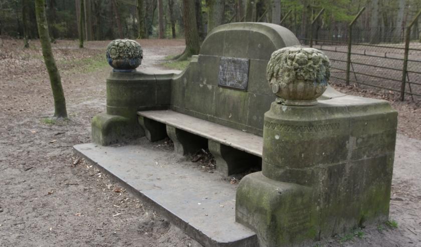 De twee fraaie banken bij het hertenkamp worden hersteld.