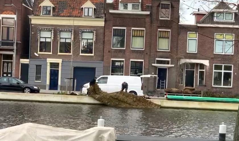 Aan de Kattensingel worden de vijf drijvende tuinen te water gelaten. Foto: PR