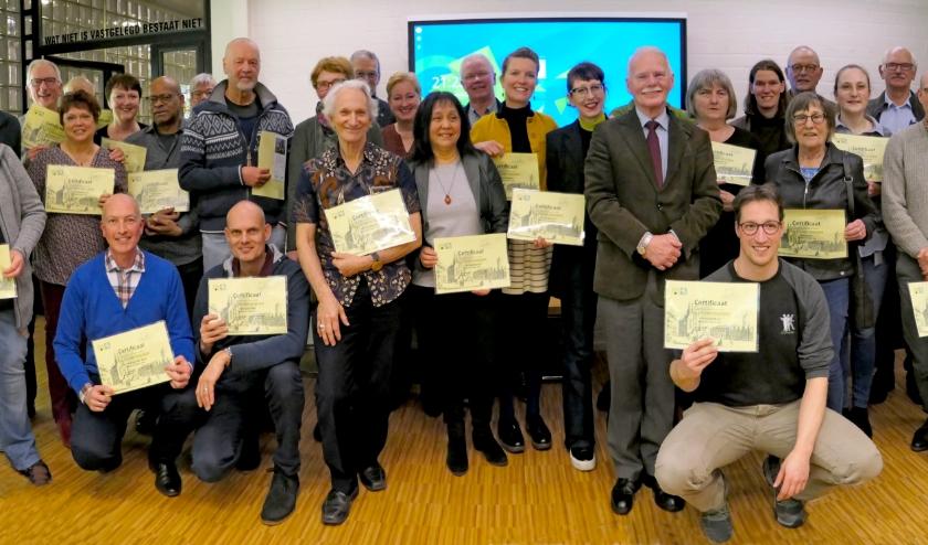 De nieuwe Schiedamologen met hun door de burgemeester en de voorzitter van de Historische Vereniging Schiedam uitgereikte certificaten. De heer met snor in het midden is Dick Gelderblom. Foto: Wim Heere.