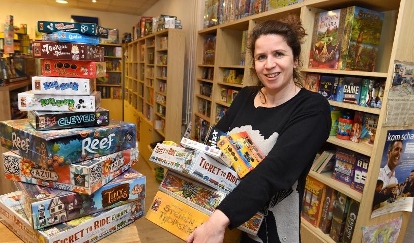 Lianne Wassink van spellenwinkel De Betovering. Nu mensen aan huis gekluisterd zijn, worden er volop bordspellen gespeeld. (foto: Roel Kleinpenning)