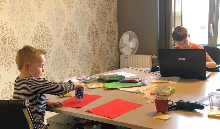 Aron (links) en David Zwijnenburg uit Veenendaal zijn druk bezig met hun schoolwerk.