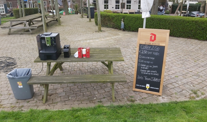 De bistro is dicht, maar zorgt wel voor lekkere verse koffie voor passerende wandelaars op de Rossumse dijk.