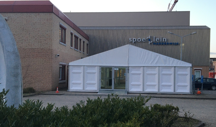 Bij de ingang van de spoedeisende hulp en huisartsenpost is een tent geplaatst.