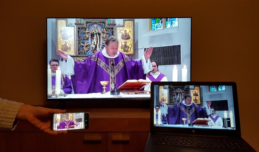 Pastoor Hogenelst gaat voor in de eucharistie