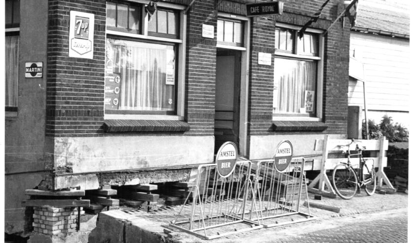Op deze foto van café Royal (later café De Dijk en Bar Gezellig) aan de Rijsdijk zijn duidelijk de vijzelblokken te zien.
