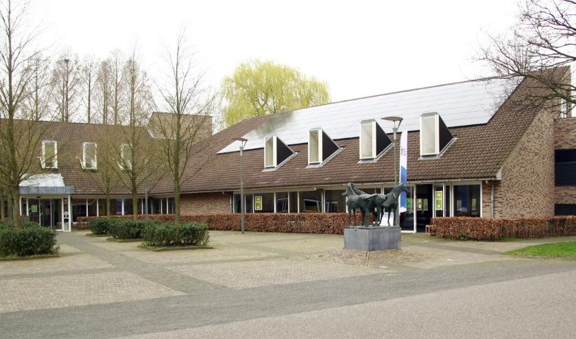 Het gemeentehuis van West Betuwe. Rechts de tijdelijke ingang, links de uitgang.