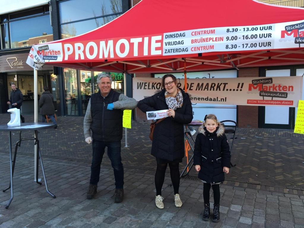 Mevrouw Lieftink uit Renswoude haalde haar prijs op. Marktmeester Ton Smeitink begroette haar op Coronawijze. Foto:  © DPG Media