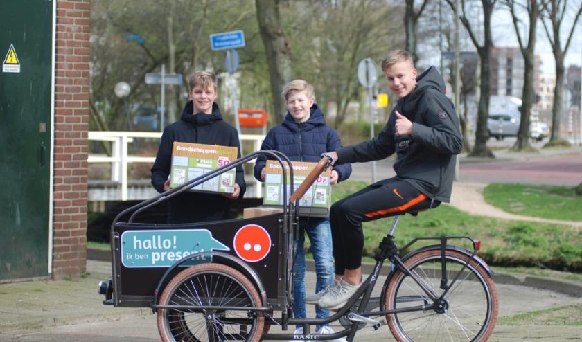 Scholieren van GSR op pad in Delft om pakketten te delen. Van links naar rechts: Jonathan Venderbos, Jona Langeveld en Thijs van Beek