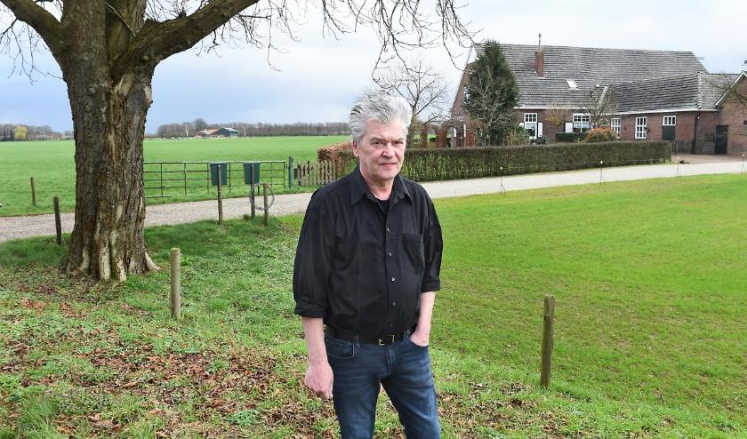 Maarten Koudijs bij Marmelhorstweg 8. Onder de kastanjeboom lagen vijf veldgraven. Vijf Duitse soldaten vonden er hun voorlopige rustplaats.