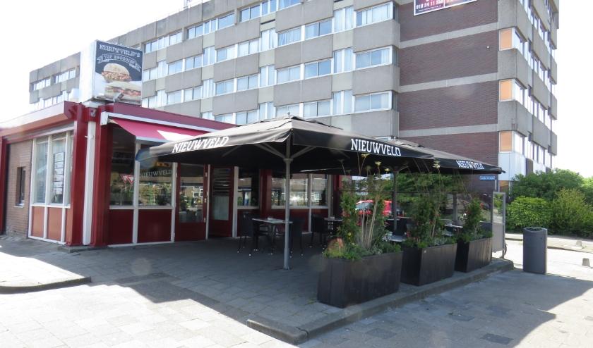 Cafetaria Nieuwveld in Hoogvliet bakt met het gezin toch de frieten voor online bestellingen.