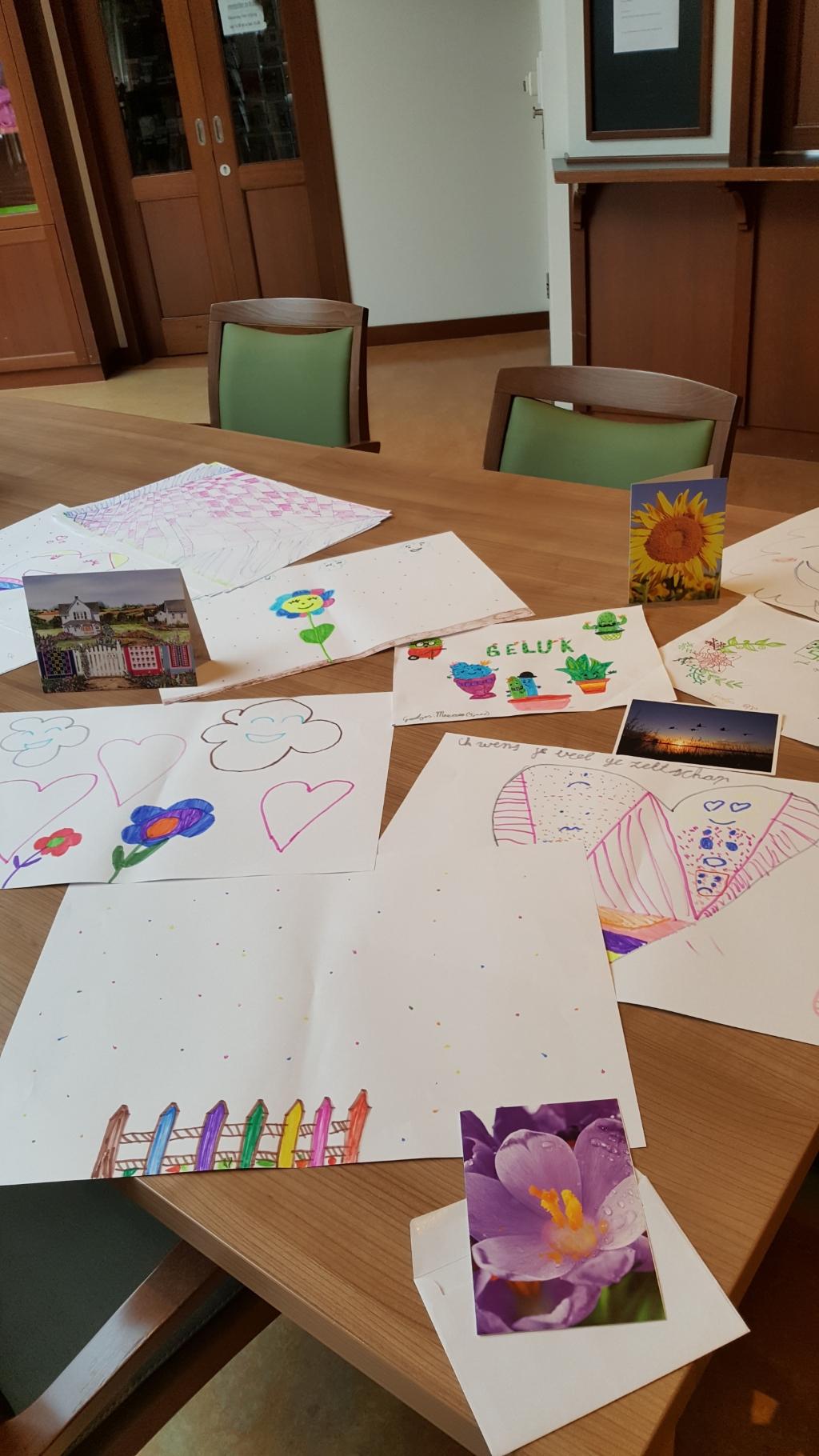Mooie kaarten en prachtige tekeningen voor bewoners en zorgmedewerkers Foto: De Botterhof © DPG Media