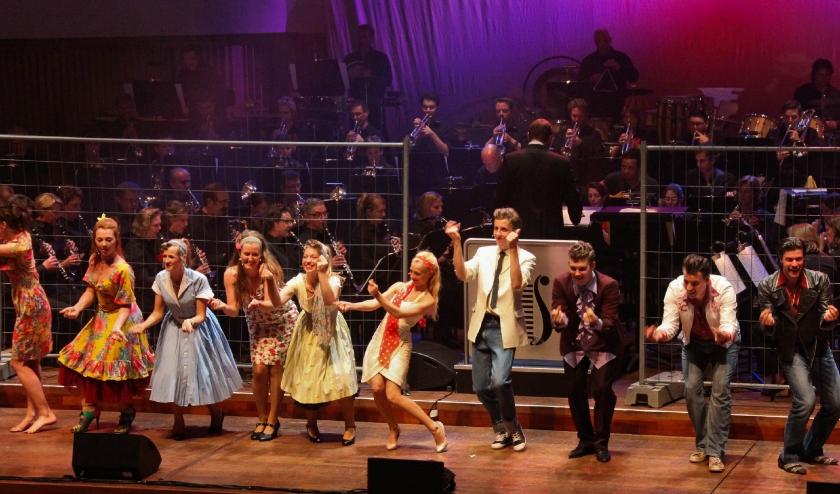 De Philips Harmonie en de muziektheaterklas van Fontys Conservatorium tijdens West Side Story.