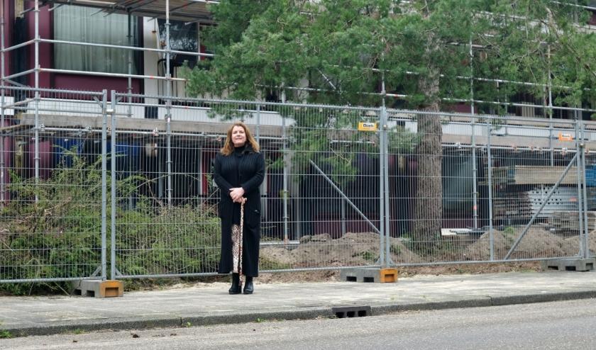 Annemiek Verstappen is blij met de verduurzaming van de flat aan de Prinses Margrietlaan en vertelt wat er gaat gebeuren.