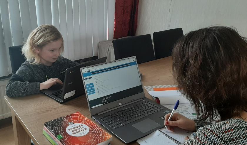 Carina Blokpoel probeert thuis te studeren, terwijl haar zoon zijn huiswerk maakt.