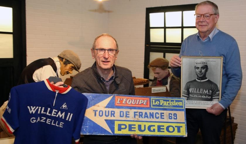 Het museum wordt gedeeltelijk omgetoverd tot expo Willem II - Gazelle ploeg. Op de foto Jo Wilbers en Kees Dorsman. Foto: Theo van Sambeek.
