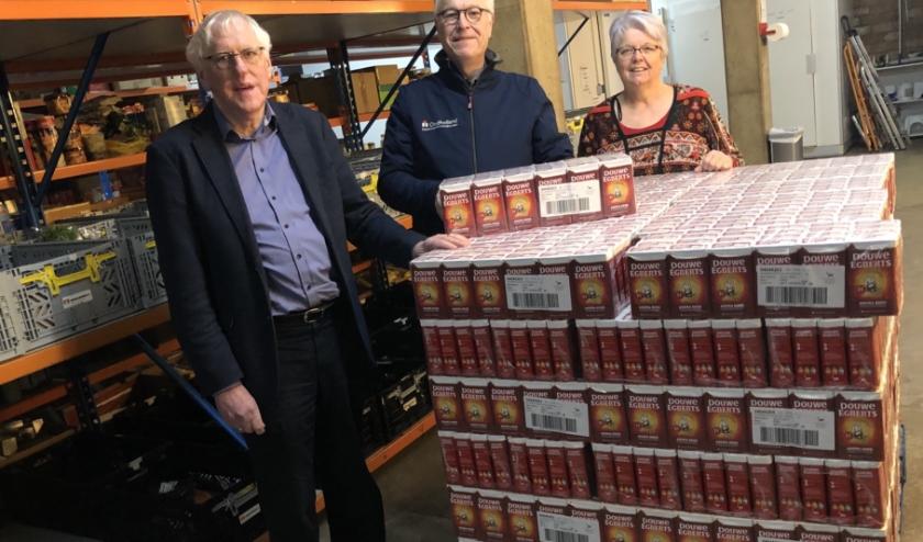 Cor Wijnolts van de Lionsclub Elburg-Oldebroek, geflankeerd door Henk de Groot en Anneke Wegh van de voedselbank