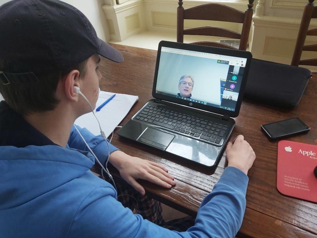 Hallo leraar! Via Google Classroom volgt leerling thuis les.  © DPG Media