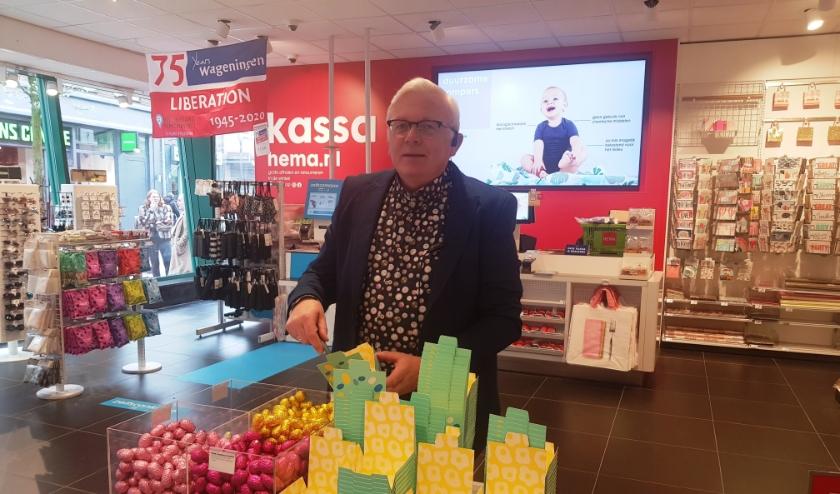 Arie Jansen is dankbaar dat hij al 40 jaar bij de HEMA Wageningen klanten en collega's heeft mogen helpen. (foto: Kees Stap)