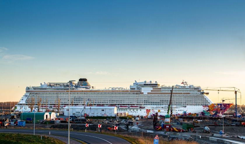 Cruiseschip World Dream in onderhoud.