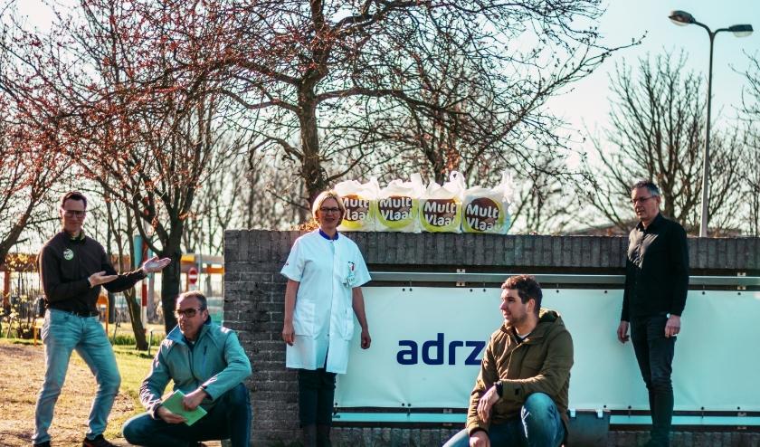 Ad Spelier, Eduard Van Oeveren en Arian van Dijk overhandigden namens BNI Neeltje Jans 1500 verse vlaaipunten aan Judith Kuipers, Verpleegkundig manager en Hans Peters, Teamleider Facilitaire Services Voeding, beiden van het Adrz.