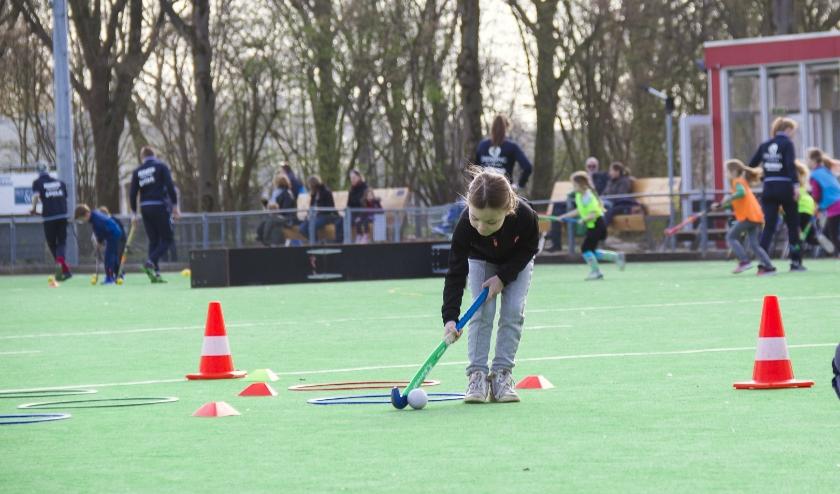 Tijdens de Tulpencursus van Hockey Vereniging Zevenaar maken kinderen spelenderwijs kennis met hockey. (foto: Mirjam Fotografeert)