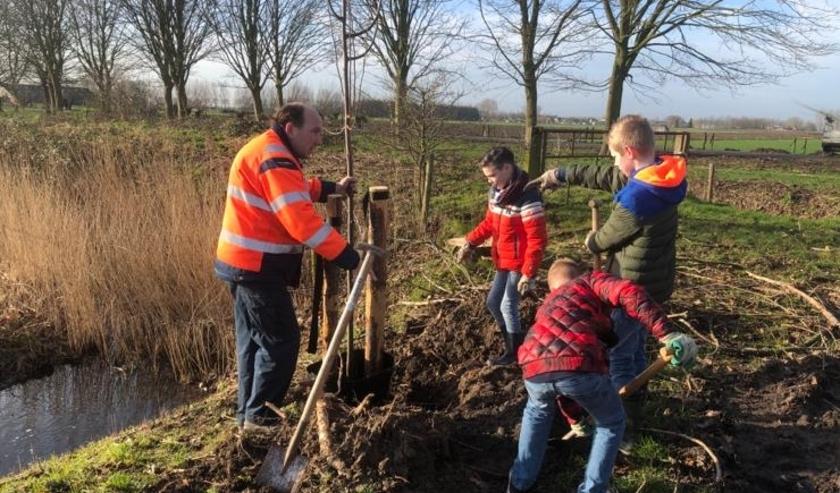 Leerlingen van Den Boogerd hebben 150 bomen geplant in Delwijnen. Dit deden ze in het kader van Nationale Boomfeestdag.