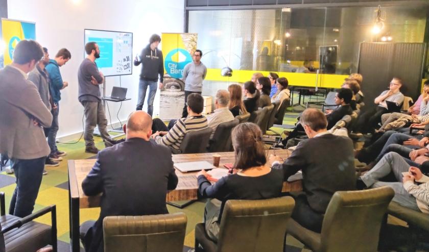 Presentatie van het winnende team bij de Makathon van CityBarge