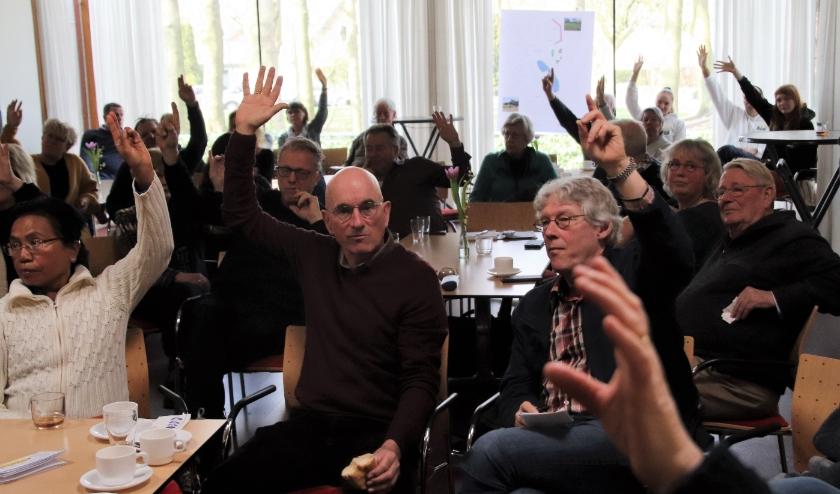 Meningen over inrichting van het park. Met WiFi voor of tegen bepalen lukte niet. Gewoon hand opsteken. Net zo gezellig. (Foto: Dick Baas)